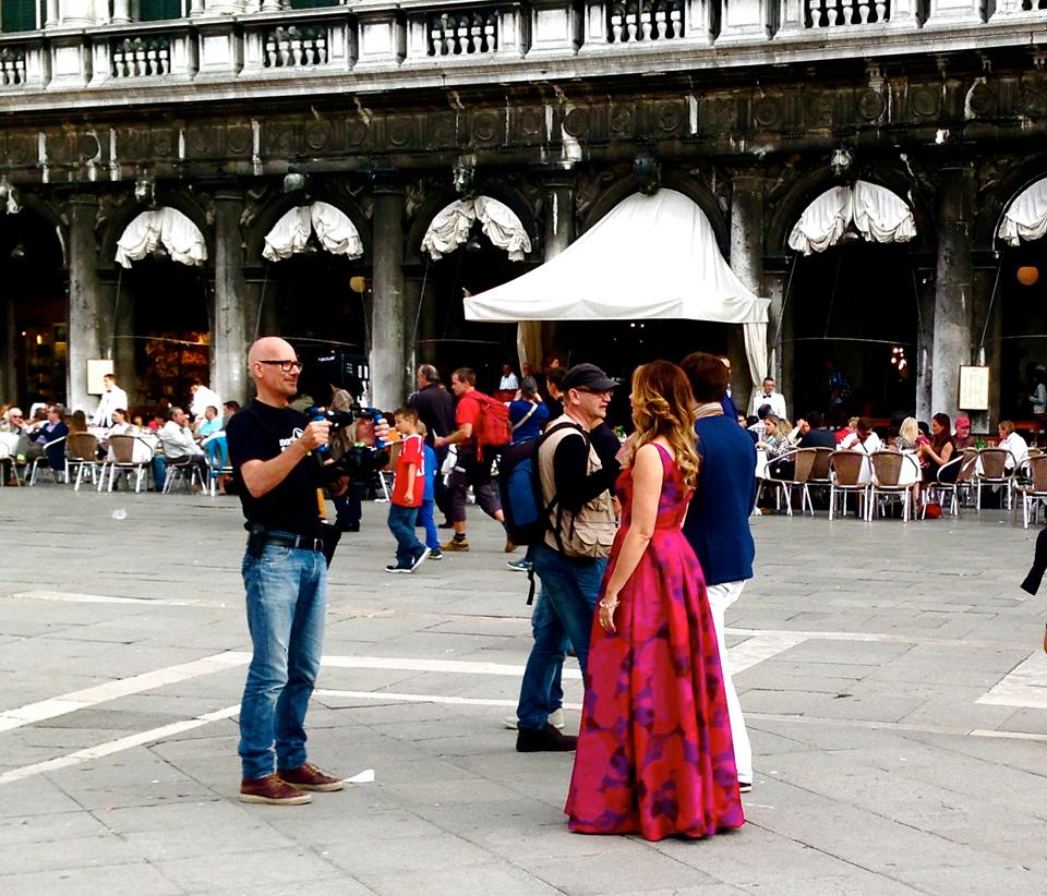 Giada tourne le clip video d italian signorina sur la place saint marc 06 10 14